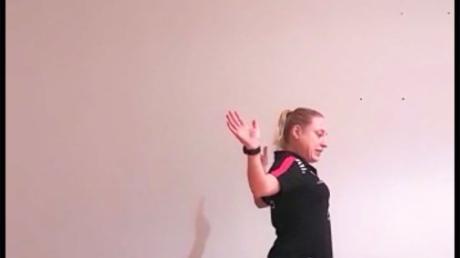 Haltung bewahren! Cennet Durgun, Trainerin des Tischtennis-Bundesligisten TTC Langweid, präsentiert eine Übung für eine gute Körperhaltung.