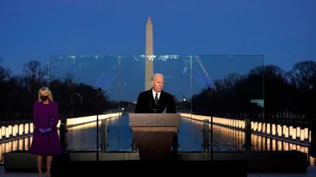 Joe Biden gedenkt in Washinton den 400.000 Corona-Toten der USA. Es ist das erste offizielle Gedenken im Land.