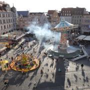 Im Sommer 2020 stand ein Kettenkarussell auf Augsburgs Rathausplatz. Die Stadt arbeitet an Konzepten, mit denen im Sommer 2021 Handel und Gastronomie wiederbelebt werden können.