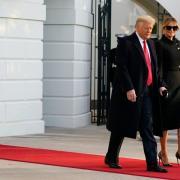 Szene eines Abschieds: Donald Trump tritt aus dem Weißen Haus und klammert sich fast an Gattin Melania fest, die sonst oft hinter ihm trippeln musste.