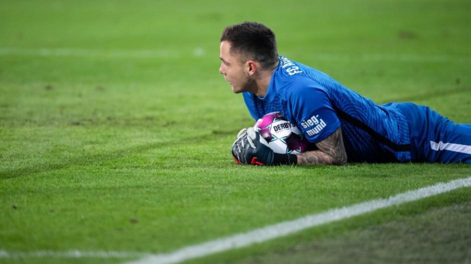 Torwart Rafal Gikiewicz von Augsburg hält den Ball - und hat den FC Augsburg damit gegen den FC Bayern lange Zeit im Spiel gehalten. Am Ende verliert der FCA jedoch 0:1.