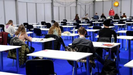 Trotz Corona-Kontaktbeschränkungen laufen an der Hochschule Augsburg jetzt Prüfungen auf dem Campus.