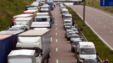Sobald der Verkehr stockt, sollte auf der Autobahn eine Rettungsgasse gebildet werden.
