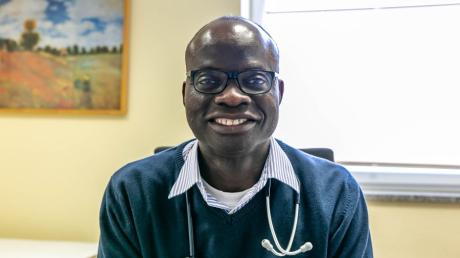 Nach rund 20 Jahren Klinikerfahrung wechselt der Internist Donaldson Oloowokere von der Kreisklinik Wertingen in das Medizinische Versorgungszentrum Langweid