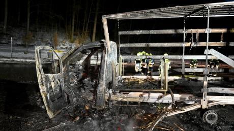 An der A8 ist ein Lkw komplett ausgebrannt.