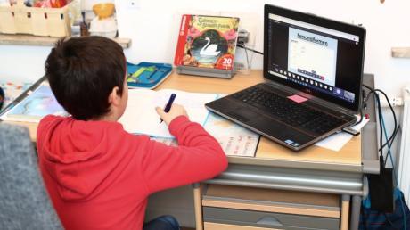 Nicht nur die Schüler sind mit dem Lernen zu Hause oft überfordert. Auch für Eltern und Lehrer im Landkreis Augsburg ist das Homeschooling eine enorme Mehrbelastung.
