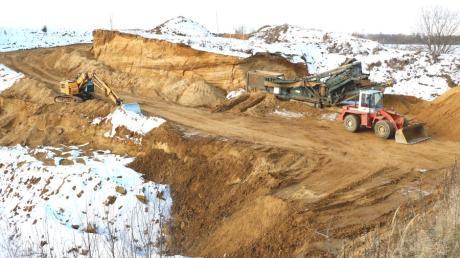 Die gemeindliche Sandgrube in Rehling wird ausgebaut: Im Hintergrund ist die Steilwand zu sehen. Davor, in östlicher Richtung, soll der Sand so tief wie möglich abgebaut werden.