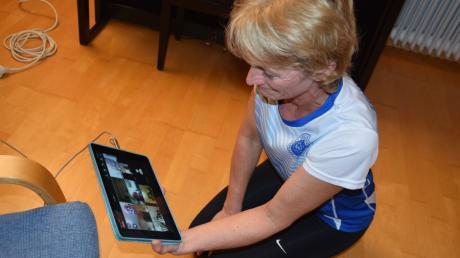 Auf dem Tablet begrüßt Sabine Huber von der SpVgg Auerbach-Streitheim die Teilnehmerinnen. Dann kann es mit dem Lady-Fitness losgehen.