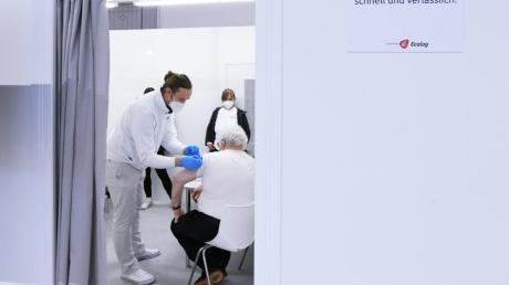 Der Impfstoff rückt durch Vor-Ort-Termine näher an die Senioren im Landkreis Augsburg heran.