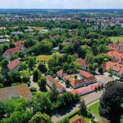 Das Areal des BKH Günzburg: Auf dem Gelände des Bezirkskrankenhauses werden voraussichtlich bis zum Jahr 2027 Gesamtinvestitionen in Höhe von 124 Millionen Euro getätigt.