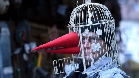 Der Leiter des Maskenmuseums in Diedorf, Michael Stöhr, hat sich in den vergangenen Monaten bei der Kreation neuer Masken auch mit dem Thema Corona auseinandergesetzt.