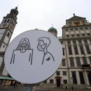 Bei der Einhaltung der Maskenpflicht in Außenbereichen will sich die Stadt Augsburg nun strenger zeigen.