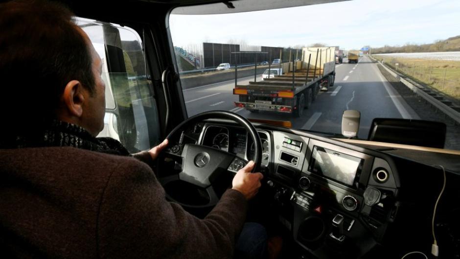 Ein zu geringer Mindestabstand ist laut Polizei in etwa einem Viertel aller Unfälle die Ursache. Die Schwierigkeiten dabei zeigt Transportunternehmer Roman Mayer aus Gersthofen.