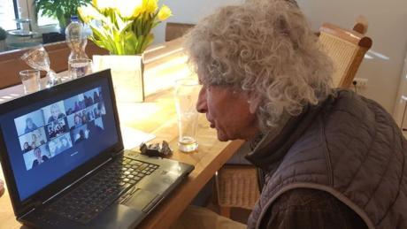 Claudia Beck hatte für ihren Vater Bruno zum 88. Geburtstag eine Party per Videokonferenz organisiert. Da er mit der Technik schon vertraut ist, hat alles gut geklappt - und die Überraschung war riesig.
