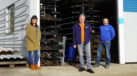 Martin Kuchenbaur (Mitte) hat 49 Jahre bei Metallbau Miller in Ehingen gearbeitet - von der Lehre bis zur Rente. Petra Miller und Unternehmensinhaber Günter Miller verabschieden ihn.