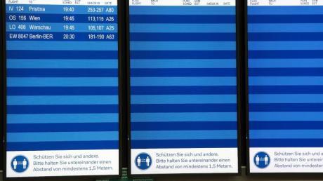 Nur vier Flüge sind auf den Bildschirmen auf dem Düsseldorfer Flughafen zu sehen. Die Bundesregierung schließt weitere Reisebeschränkungen nicht aus.