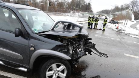 Wie Augenzeugen berichteten, sollen die Wagen im Bereich einer roten Ampel mit relativ hohen Geschwindigkeiten zusammengestoßen sein.