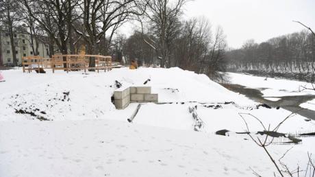 """Momentan liegt das Fundament unter dem Schnee, doch im Sommer sollen im neuen Ausflugslokal """"Floßlände"""" im Flößerpark von Augsburg-Lechhauser die ersten Gäste sitzen."""