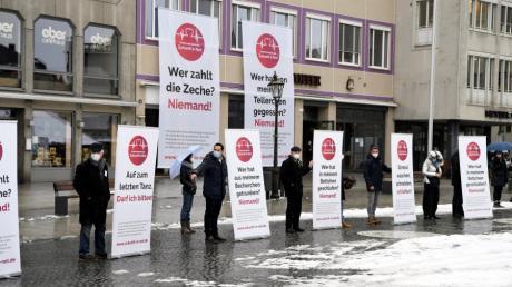 """Der Unternehmerkreis """"Zukunft in Not"""" hat vor wenigen Tagen auf dem Augsburger Rathausplatz auf die finanziellen Nöte der Augsburger Betriebe hingewiesen."""