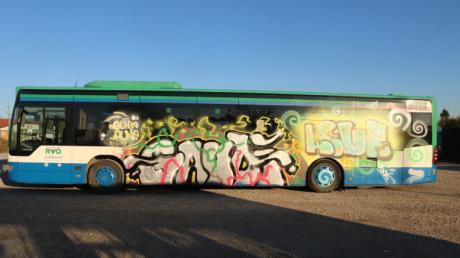Mehrere Jugendliche sollen unter anderem diesen Linienbus besprüht haben. Jetzt hat die Polizei die Graffiti-Täter gefasst.