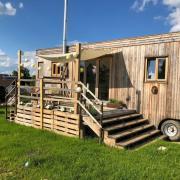 Maximilian Eller darf für fünf Jahre mit seinem Tiny House in Baar stehen.