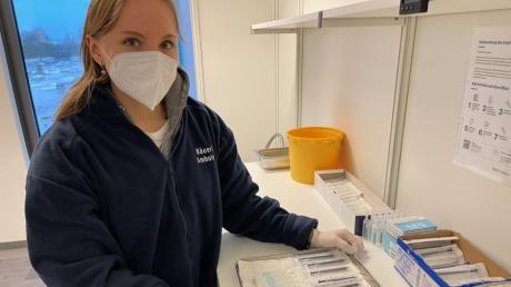 Die medizinische Fachangestellte Christiane Bergner zeigt im Augsburger Impfzentrum vorbereiteten Spritzen für die Corona-Impfung.