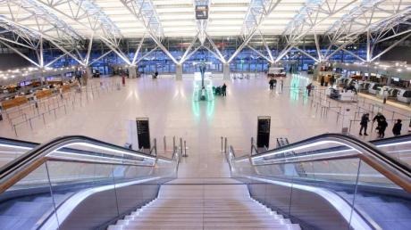 Wenige Passagiere und kaum Betrieb gibt es am Morgen am Flughafen Hamburg.