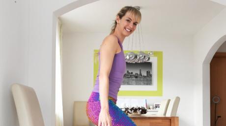 Kniebeugen mit dem Stuhl - so heißt eine der Übungen in der 28-Tage-Fitness-Challenge von Renate Dumreicher.