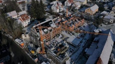 Das Luftbild zeigt die Baustelle des Schorerhofs in Langerringen im Dezember vergangenen Jahres.  Der Nachbar, Betreiber eines Milchviehstalles, hatte Klage gegen die Baugenehmigung eingereicht. Das Augsburger Verwaltungsgericht verhängte daraufhin einen Baustopp. Diesen hob das Gericht nun wieder auf.