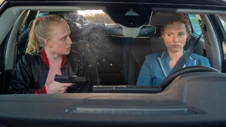 """Louisa """"Lou"""" Bronski (Luzia Oppermann) bedroht ihre Geisel Olga Lenski (Maria Simon): Szene aus dem """"Polizeiruf 110: Monstermutter"""", der heute im Ersten läuft."""