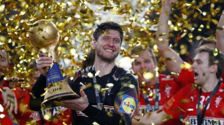 Dänemarks Torhüter Niklas Landin jubelt mit dem WM-Pokal über den Turniersieg.