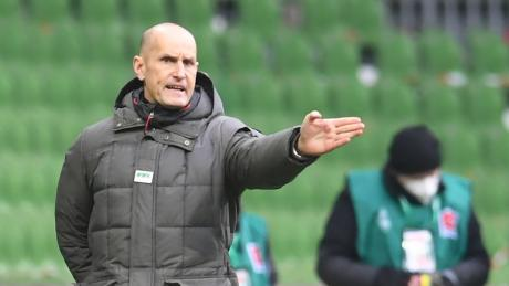 Ob Trainer Heiko Herrlich die Auftritte seiner Mannschaft wirklich zufrieden machen? Der FC Augsburg enttäuscht spielerisch in dieser Saison.