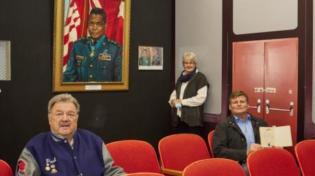 Paul M. Reuter, Marianne Knecht-Helger und ein weiterer Spender haben dem Neuen Amerika-Haus Exponate gestiftet. Eines davon ist das Porträt von Brigadegeneral Charles Calvin Rogers.