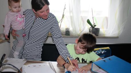 Bei Familie Pleyer aus Leibi dreht sich seit Monaten alles ums Thema Homeschooling. Im Bild: Tanja Pleyer mit Tochter Jasmin und Sohn Niklas.