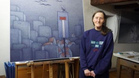 Die Vögel haben es ihr angetan - sie flattern auch durch ihre  graublauen Stadtszenen. Marianne Mostert in ihrem Weißenhorner Atelier.