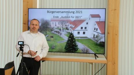 Allmannshofens Bürgermeister Markus Stettberger zieht in der leeren Kirchberghalle vor laufender Kamera Jahresbilanz.