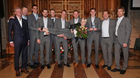 Starke Männer und eine schlagkräftige Frau: das Eishockeyteam der Augsburger Panther  wurde 2019 im Goldenen Saal des Rathauses zur Mannschaft des Jahres gekürt. Sportlerin des Jahres wurde die Box-Weltmeisterin Tina Rupprecht.