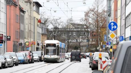Die Wertachstraße soll in diesem Jahr umgebaut werden. Unter anderem werden die Gehwege in Kreuzungsbereichen aufgeweitet und Bäume gepflanzt.