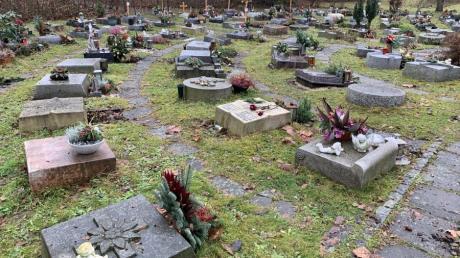 Das Urnenfeld auf dem Herrgottsruh-Friedhof in Friedberg unterliegt genauen Gestaltungsregeln, doch nicht jeder hält sich daran.