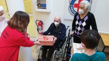 """Das Jugendrotkreuz Nordschwaben hat sich etwas Besonderes ausgedacht, um Senioren in den Heimen über die schwierige Phase der weitgehenden Isolation hinweg zu helfen – die """"Glücksboxen."""