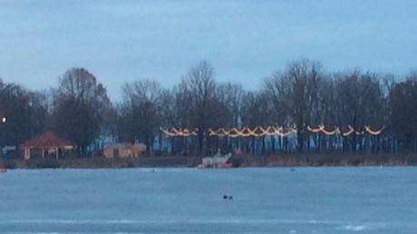 Die ungenehmigte Lichterkette vor dem Kiosk am Friedberger See beschäftigt die Stadtpolitik.