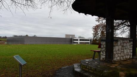 Die neue Halle der Firma Ritter in Schwabmünchen steht bereits. Aktuell laufen die Arbeiten am Innenausbau, ab April soll die Produktion starten. Im Vordergrund ist der Alpenzeiger zu sehen. Er soll einen neuen Platz in der Stadt bekommen.