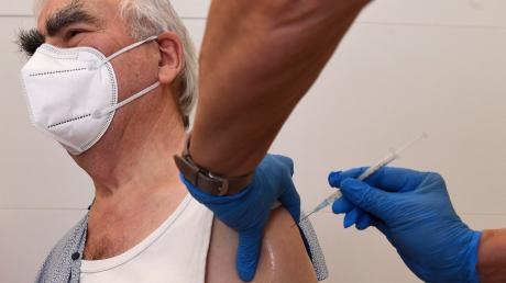 Theo Waigel lässt sich am 3. Februar gegen die Krankheit SARS-CoV-2, die vom Coronavirus ausgelöst wird, impfen.