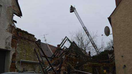 Mit einer Wärmebildkamera suchte die Lauinger Feuerwehr die Ruinen nach verschütteten Personen ab. Gefunden hat sie glücklicherweise niemanden. Das Haus, das in der Zenettistraße eingestürzt ist, war schon länger nicht mehr bewohnt.