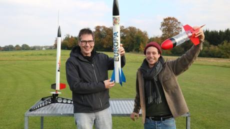 Checker Tobi rechts checkt mit Robert Klima aus Emersacker, wie Raketen fliegen.