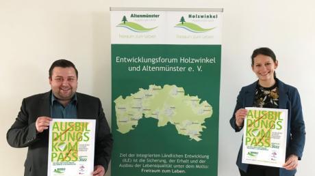 Der Adelsrieder Bürgermeister Sebastian Bernhard und Regionalmanagerin Simone Hummel geben den Startschuss für die Unternehmen, sich am Ausbildungskompass zu beteiligen.