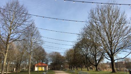 Auf Kritik und Unverständnis stößt die Entscheidung der Friedberger Stadträte, dass die Lichterketten am See wieder beseitigt werden müssen.