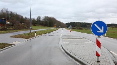 Die Staatsstraße 2047 führt vom Aichacher Stadtteil Klingen hier der Ortsausgang in Richtung Wollomoos Altomünster im Landkreis Dachau. Ein Ausbau ist seit Jahren geplant.