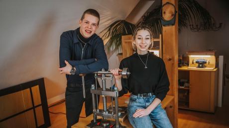 Vincent Bauer und seine Freundin Leoni Senger haben sich im Dachgeschoss seines Elternhauses in Lengenfeld ein Schmuck-Atelier eingerichtet. Die beiden haben inzwischen auch einen eigenen Onlineshop.