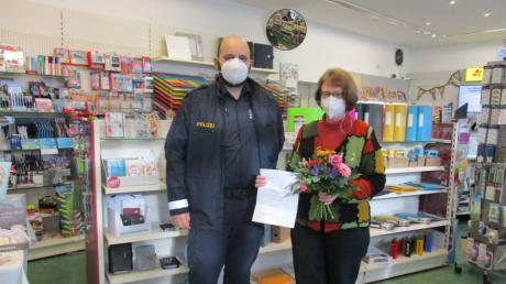 Barbara Stransky, Schreibwarenladen-Besitzerin und Gemeinderätin in Aindling, half dabei, das Mitglied einer Betrügerbande zu überführen. Claus Baumgartner von der Polizeiinspektion Aichach bedankt sich.